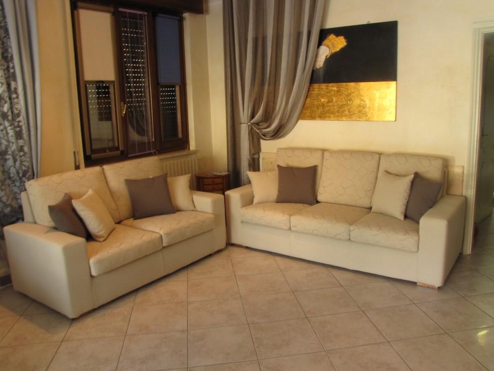 Nuovo divano fantasia tappezzeria frassine - Misure divano tre posti ...